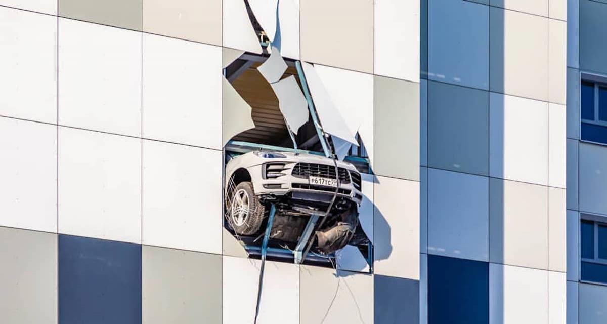 Ce Porsche Macan traverse le mur et n'était pas loin de faire le grand saut depuis un parking à étages