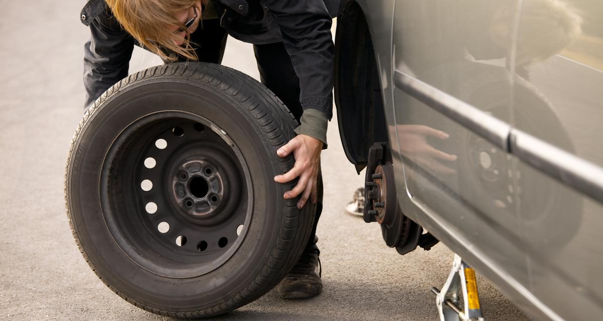 Ils se retrouvent avec deux pneus crevés et décident de se servir sur une autre voiture
