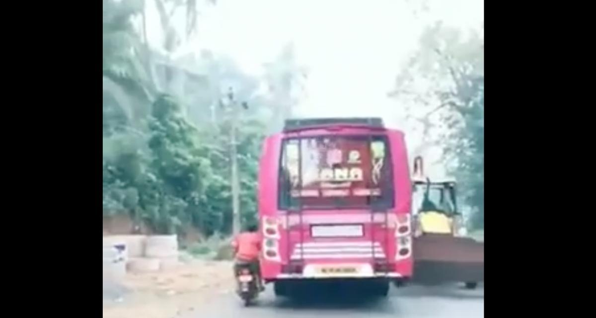 VIDEO - Visiblement ce n'est pas donné à tout le monde d'être chauffeur de bus en Inde