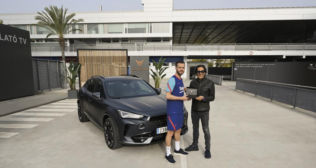 Les joueurs du Barça reçoivent leur nouvelle voiture de fonction, Messi boude la promo