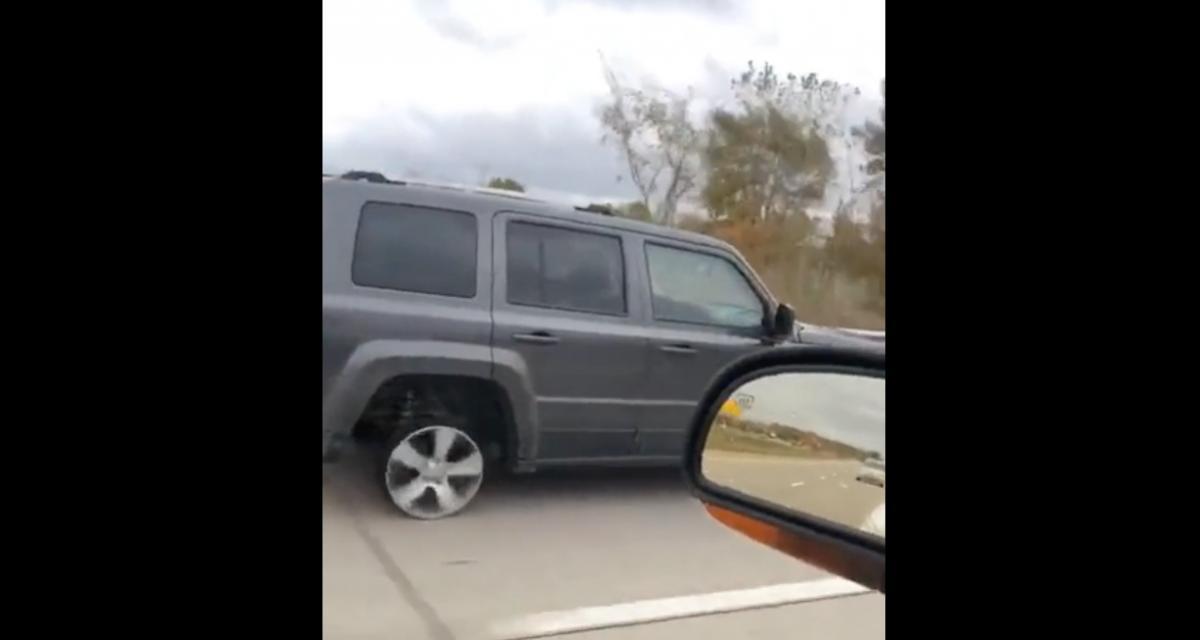 VIDEO - Elle roule sans pression sur sa jante sous le regard médusé des autres automobilistes