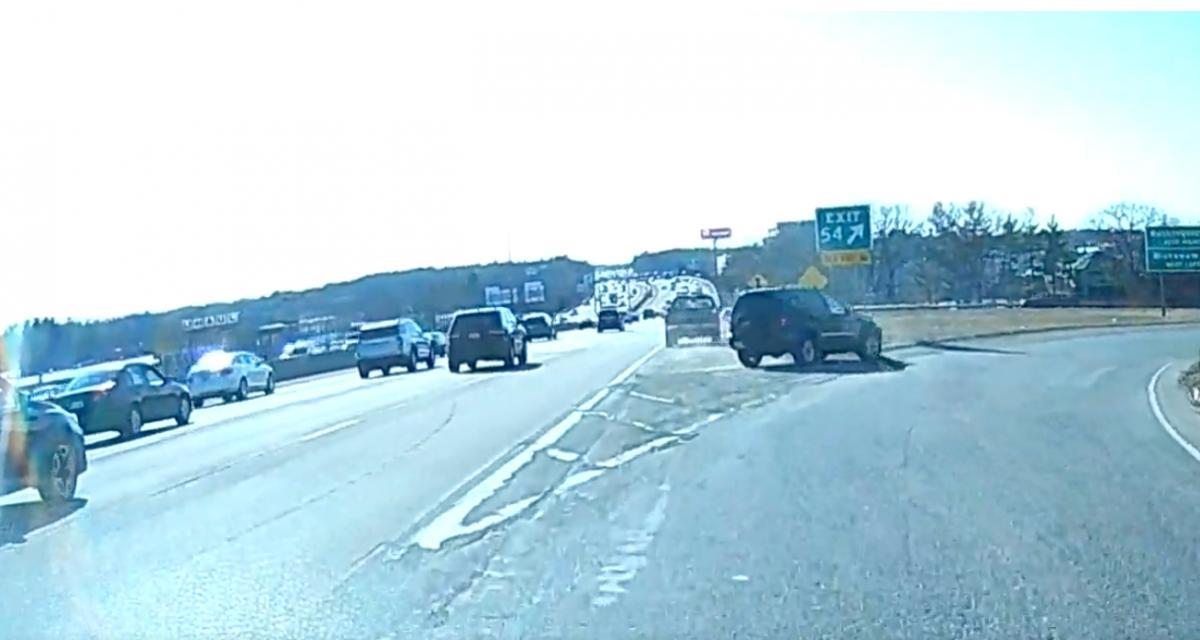 L'idiot du jour : il ne voulait surtout pas manquer sa sortie d'autoroute, quitte à y laisser son pare-chocs