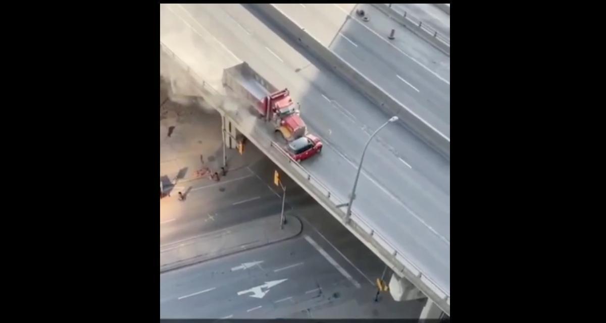 VIDEO - Ce camion est littéralement en train de pousser une voiture en plein milieu de la route