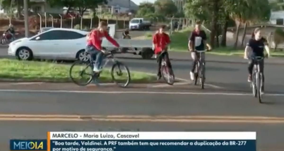 L'idiote du jour : elle traverse une route très fréquentée à vélo sans regarder, sa roue trépasse