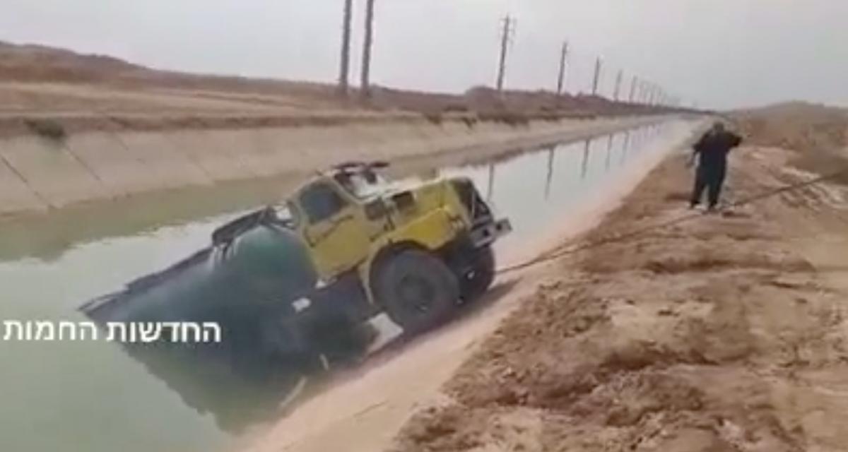 VIDEO - Le dépannage de ce camion bloqué dans un canal ne va pas se passer comme prévu