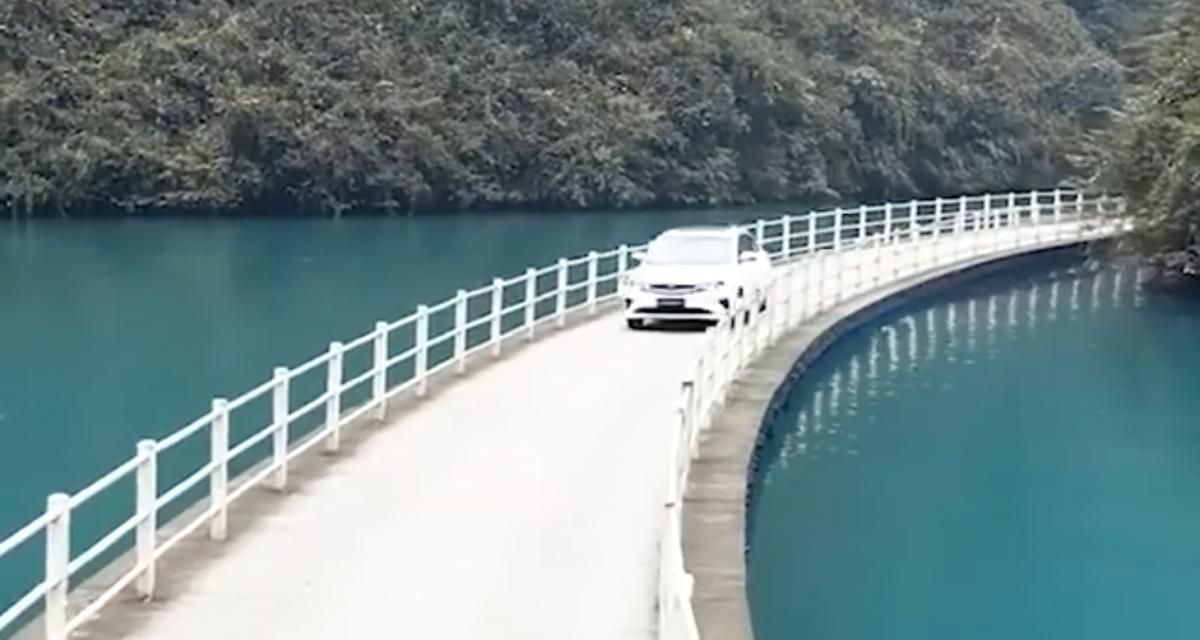 Ce pont flottant est l'un des plus incroyables du monde et les voitures roulent dessus