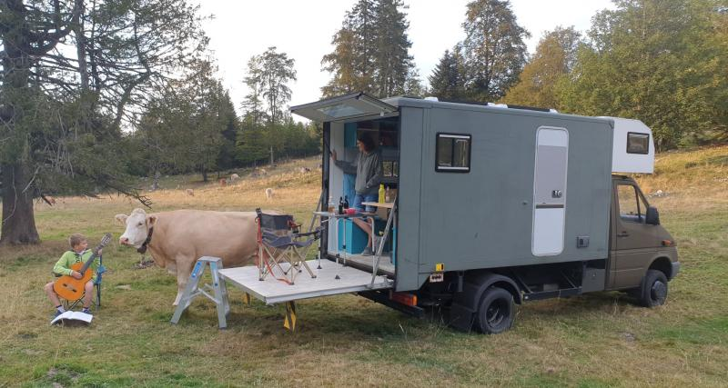 Ils transforment leur camion en un superbe camping-car avec terrasse !