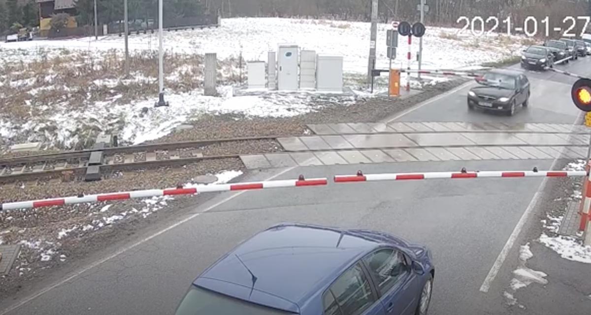 VIDEO - En voulant fuir la police, ce conducteur n'est pas passé loin de s'empaler sur un passage à niveau