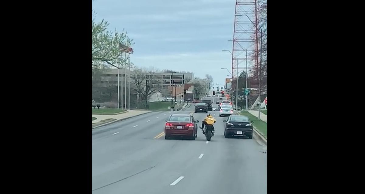 VIDEO - Quand une voiture et une moto s'embrouillent au Kansas, ça ne plaisante pas
