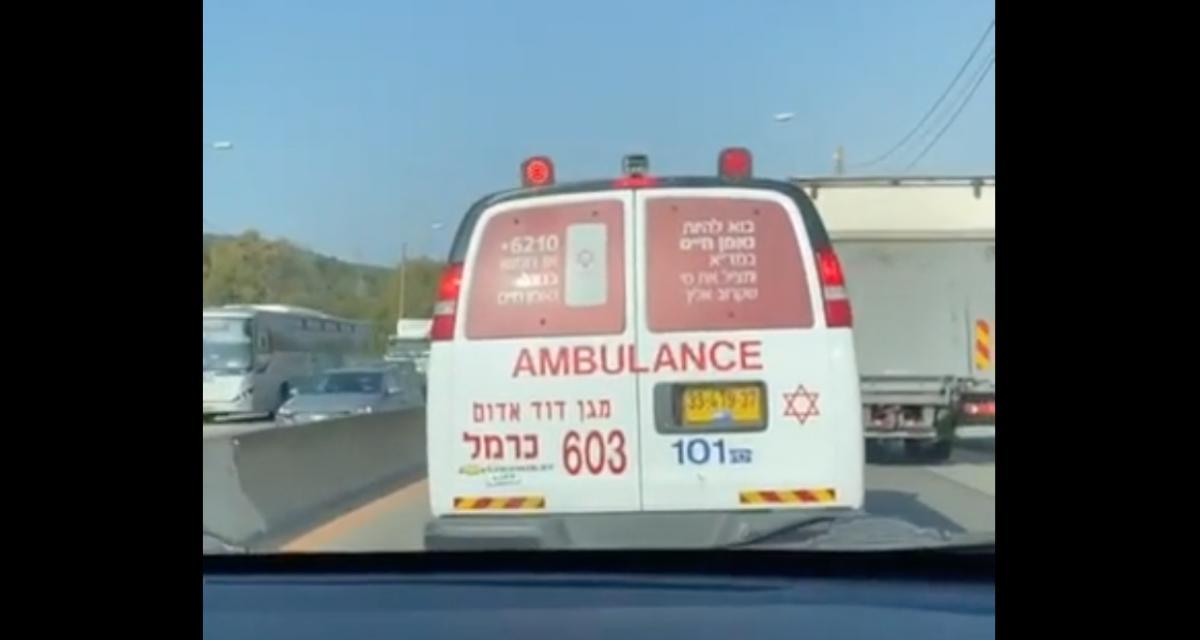 L'idiot du jour : il tente de suivre une ambulance dans les embouteillages et finit par lui rentrer dedans…