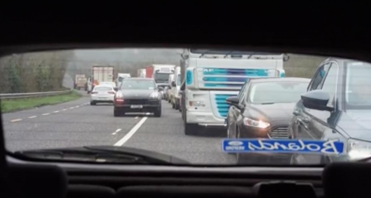 VIDEO - Il remonte l'interfile au volant de son Porsche Cayenne, tranquille, sans pression
