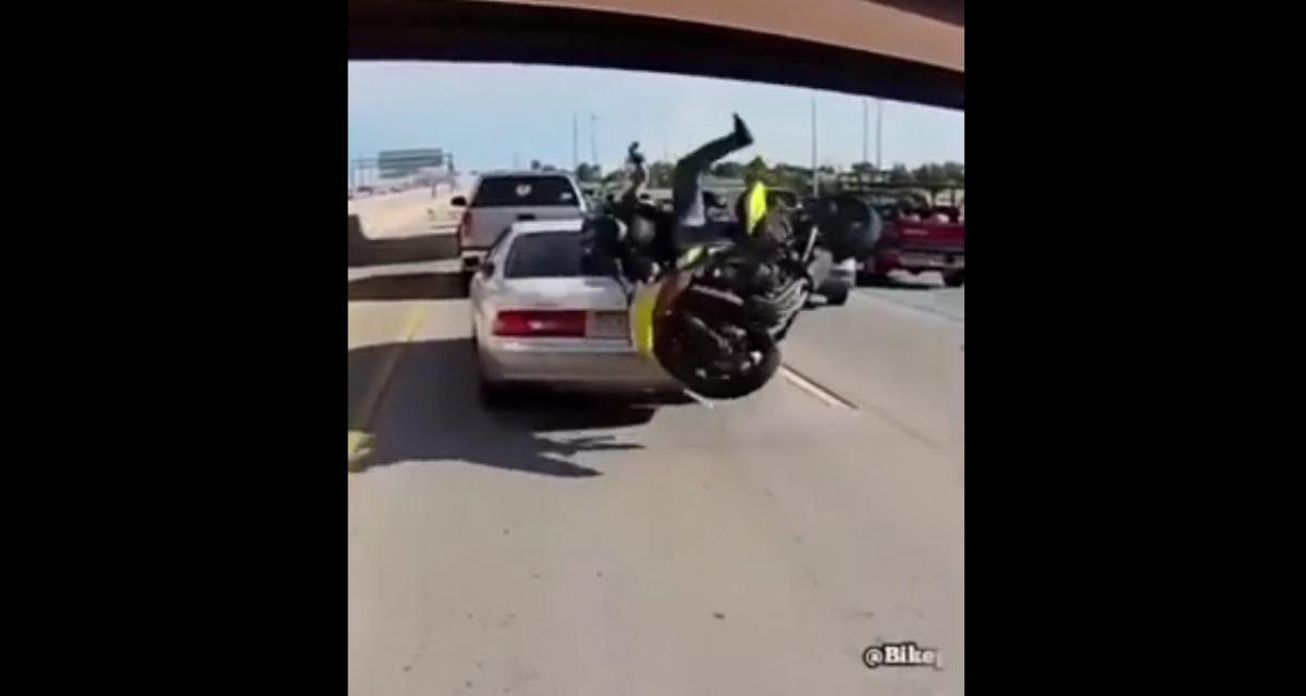 VIDEO - Chuter à moto d'accord, mais avec classe, s'il vous plaît