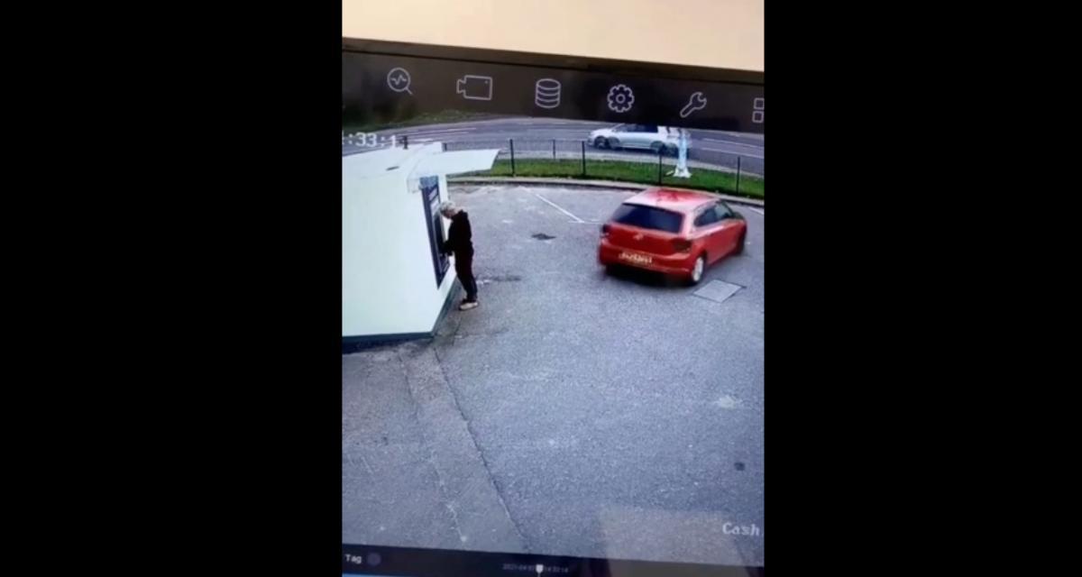 VIDEO - La pire marche arrière de l'histoire : il coince un passant en train de retirer de l'argent