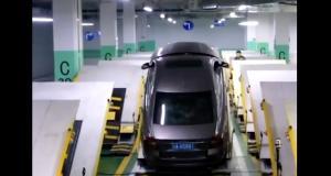 Un parking incliné pour gagner plus de place en Chine… n'oubliez pas votre frein à main