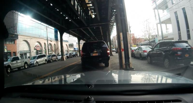 Le conducteur de ce Chevrolet vient percuter volontairement la voiture derrière lui, problème, tout était filmé