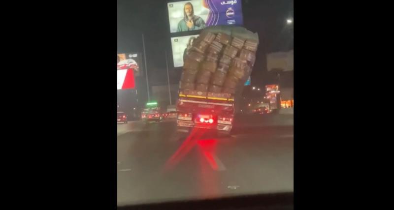 VIDEO - Bien trop chargé le poids lourd finit couché au milieu de l'autoroute