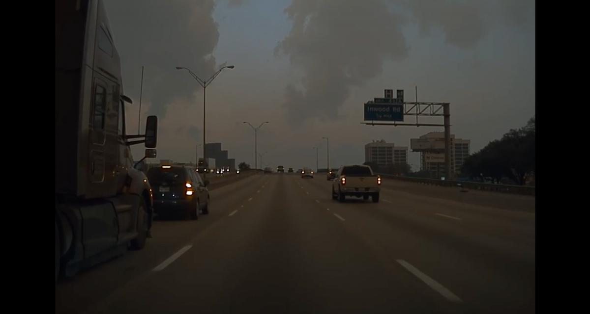 VIDEO - Cet automobiliste tente de stopper un semi-remorque coûte que coûte