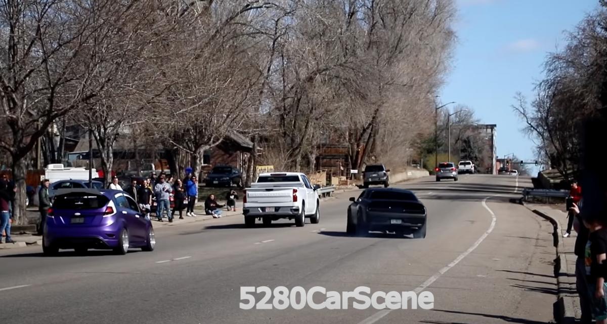 VIDEO - Ce Dodge Challenger perd le contrôle à pleine allure et retourne un pick-up