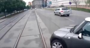 VIDEO - Couper la route d'une voiture c'est une chose, d'un tram c'en est une autre