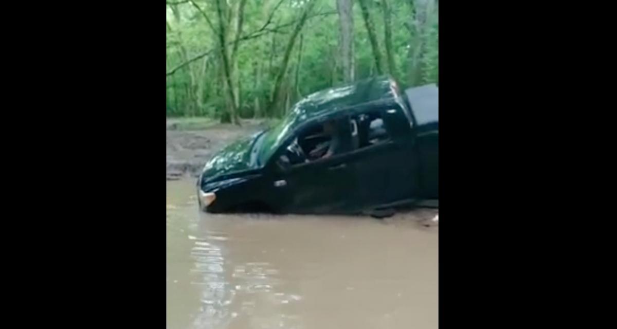 VIDEO - Traverser une rivière boueuse dans un pick-up, c'était forcément une mauvaise idée