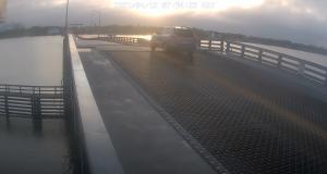 VIDEO - Cascadeur dans l'âme : il saute par-dessus le pont qui était en train de se relever
