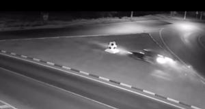 VIDEO - Un ballon, un rond-point, cet automobiliste était trop tenté mais sa voiture n'a pas dû apprécier