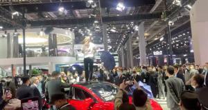 Shanghai Motor Show : le stand Tesla pris d'assaut par une manifestante accusant la firme pour ses freins défectueux