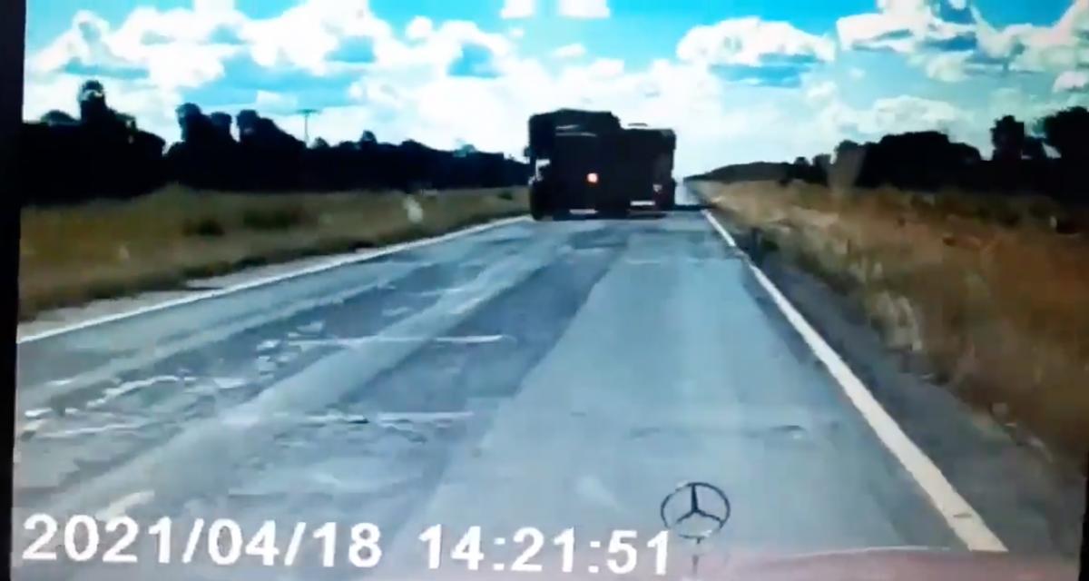 VIDEO - Le camion déboîte pour doubler, problème, une voiture arrivait en face !