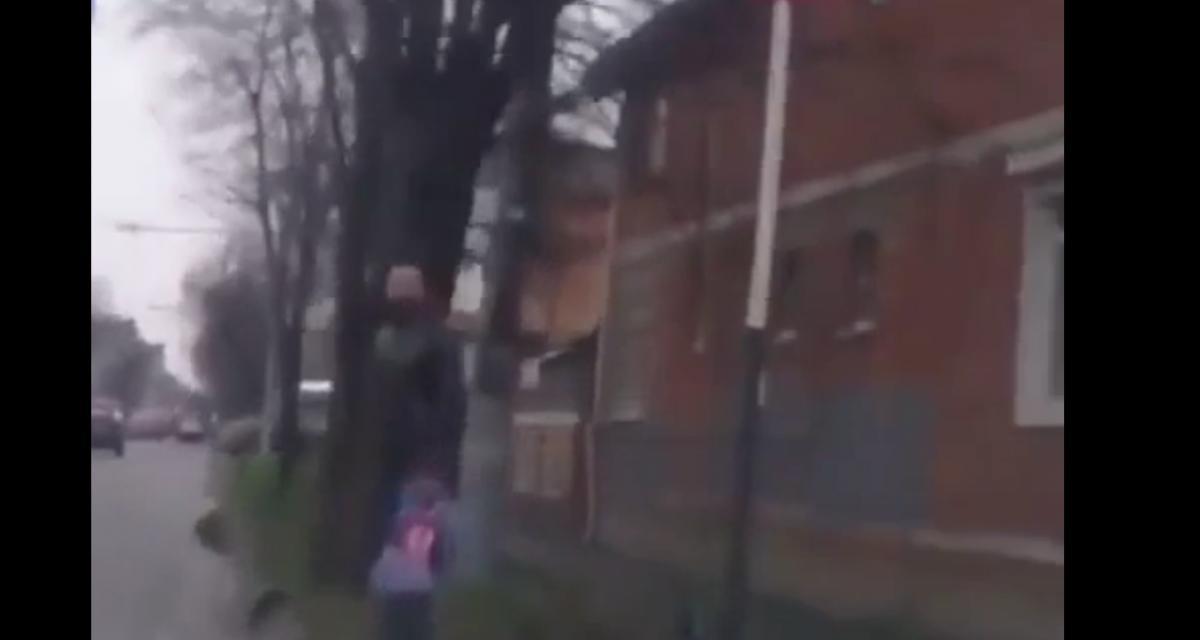 VIDEO - Il évite une voiture qui lui fonce dessus mais reçoit un panneau de signalisation sur la tête