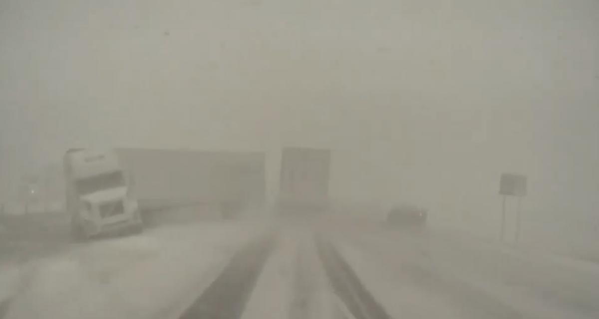 VIDEO - Quand une tempête de neige transforme la route en scène de film post-apocalyptique