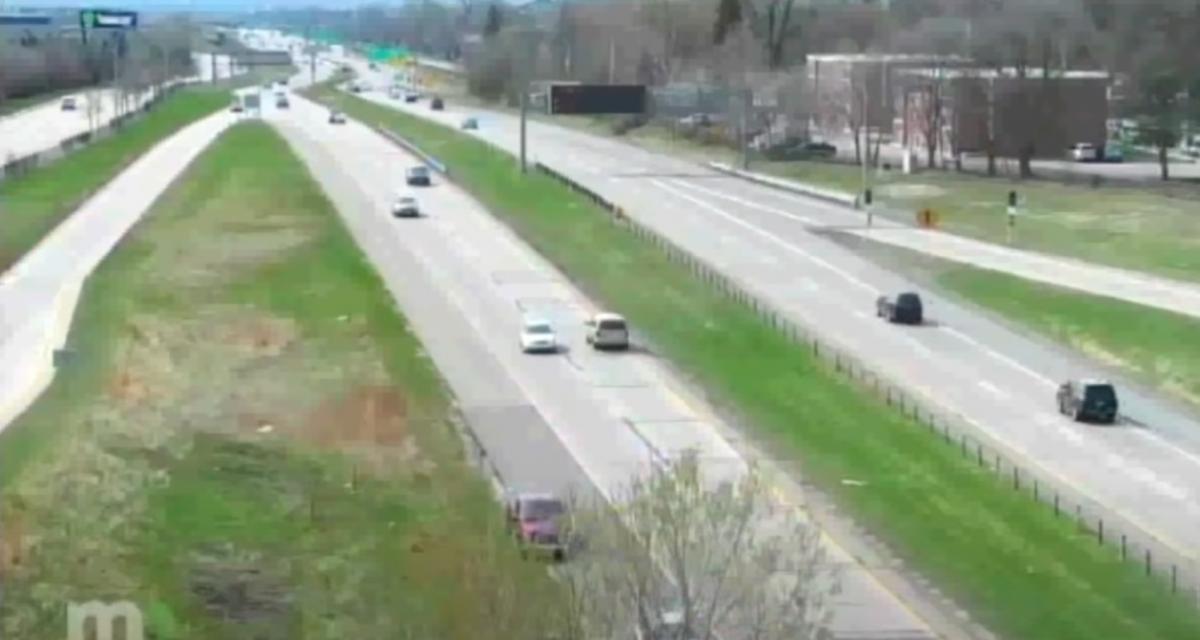 VIDEO - Ce conducteur inconscient roule sur plusieurs kilomètres à contresens puis prend la fuite devant la police