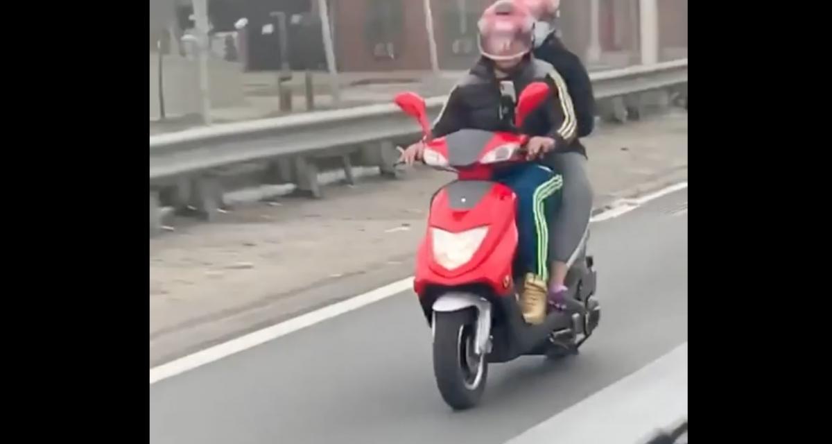 La pépite du jour : pourquoi acheter une voiture quand la petite famille tient sur un scooter