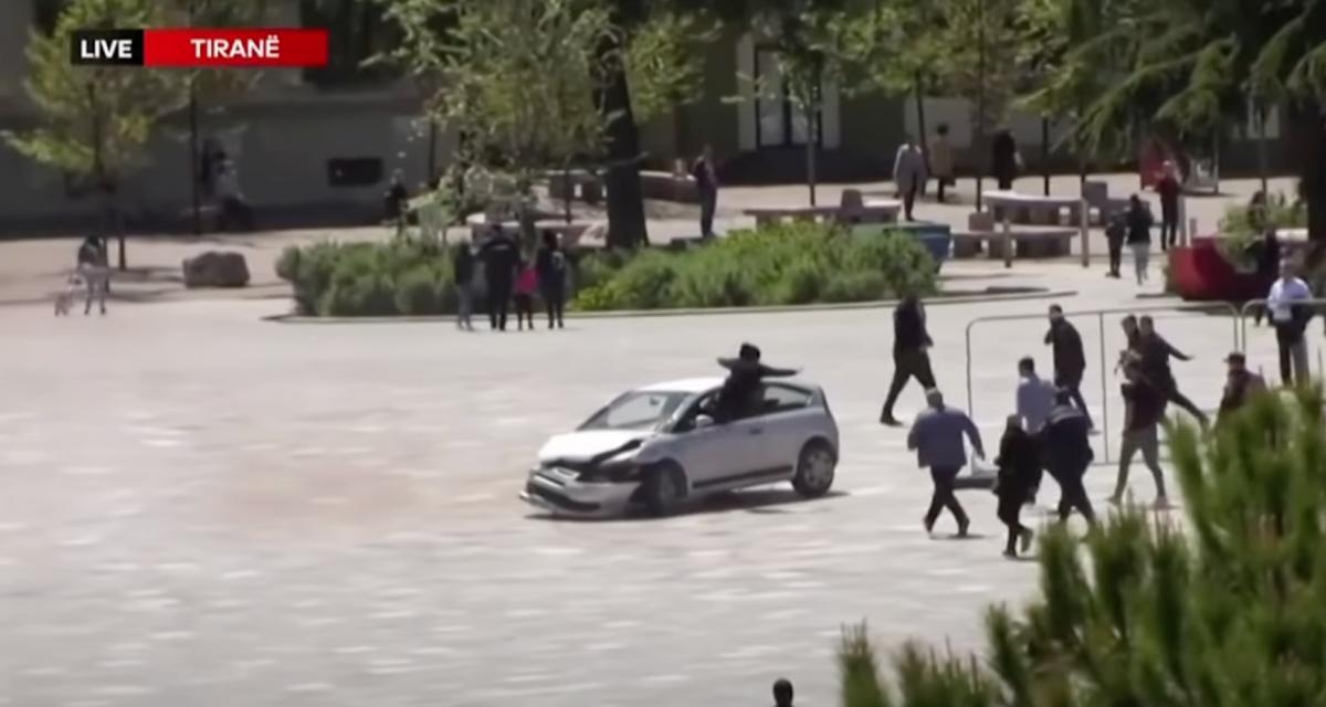 VIDEO - Il se jette les deux pieds en avant dans la fenêtre d'une voiture folle pour stopper le chauffard