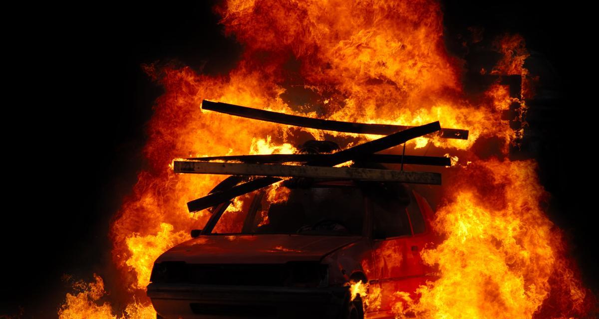 Fumer la chicha au volant : une très mauvaise idée pour ce Lyonnais qui a mis le feu à sa voiture