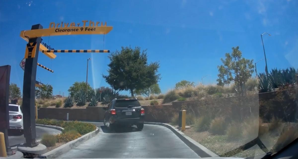 VIDEO - Un drive n'est clairement pas le meilleur endroit pour faire une marche arrière