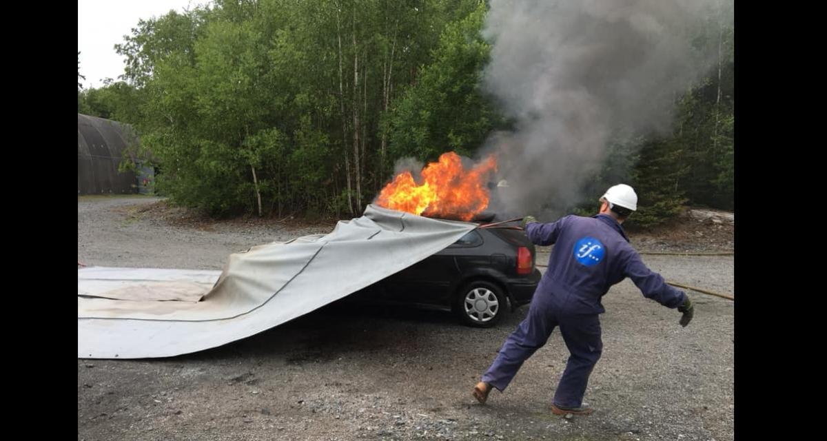 VIDEO - Une toile pour éteindre un feu de voiture en moins de 20 secondes !