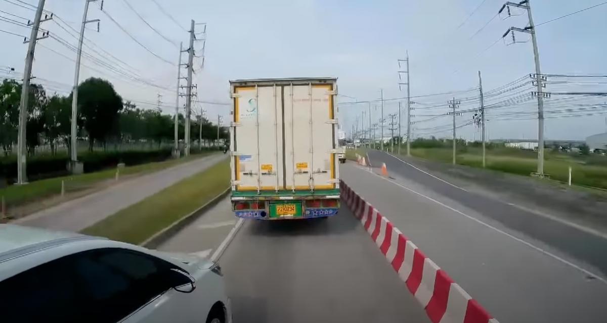 VIDEO - Ce van tente de doubler au pire moment, il va vite le regretter