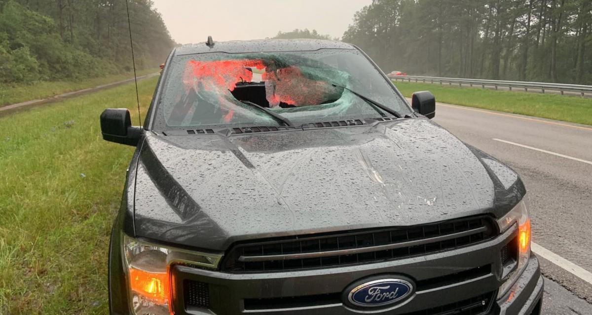 La foudre frappe l'autoroute et envoie un morceau de bitume à travers le pare-brise de ce Ford F-150