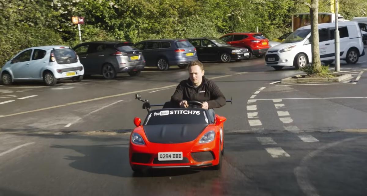 VIDEO - Au beau milieu de la circulation au volant d'une voiturette pour enfants !