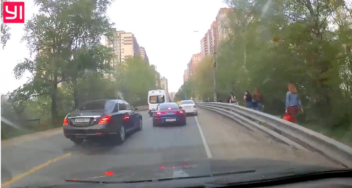 VIDEO - Il se sert d'une ambulance pour doubler tout le monde, le conducteur d'une Porsche le stoppe dans sa lancée