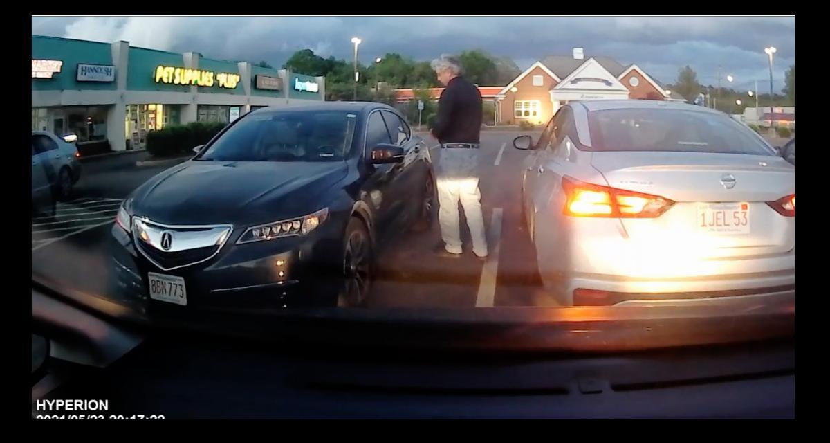 La pépite du jour : il tente de rentrer dans une voiture, pas de bol, la sienne était juste derrière…