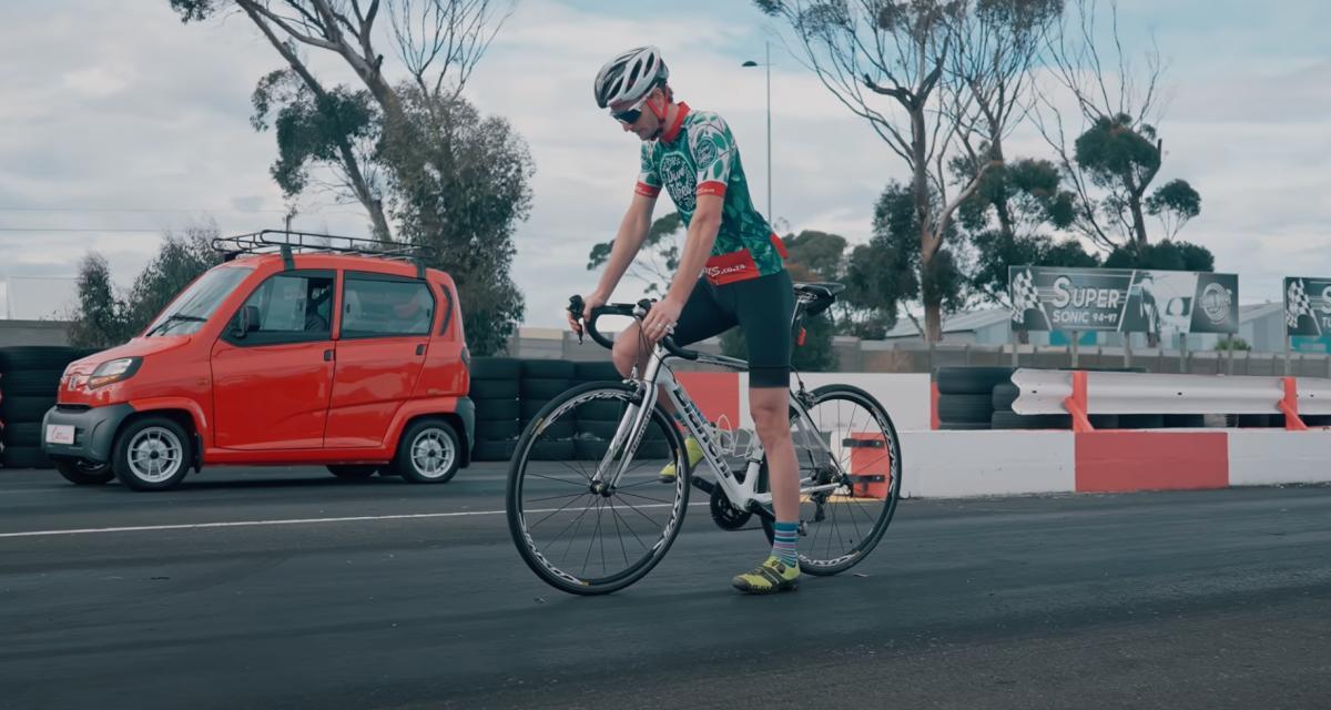 VIDEO - La voiture la moins chère au monde ridiculisée par un vélo dans une course en ligne !