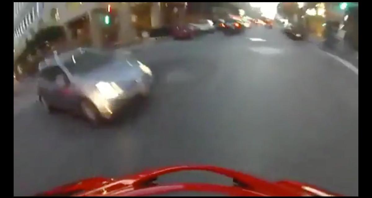 VIDEO - Ce motard se fait renverser et retombe parfaitement sur ses pieds, le tout en caméra embarquée !