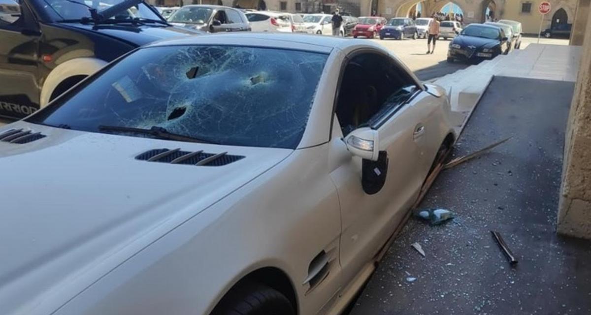 VIDEO - Un policier grecque en colère détruit la Mercedes de son chef avec son pick-up