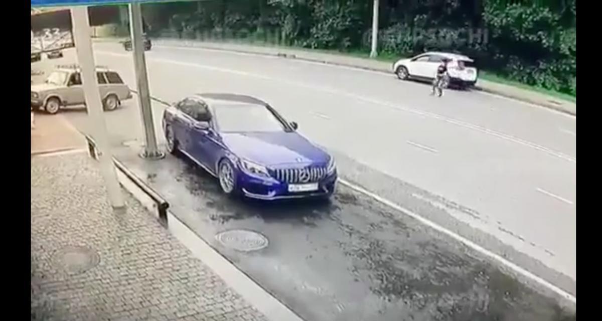 VIDEO - En voulant traverser la route n'importe comment, cette piétonne a eu la peur de sa vie