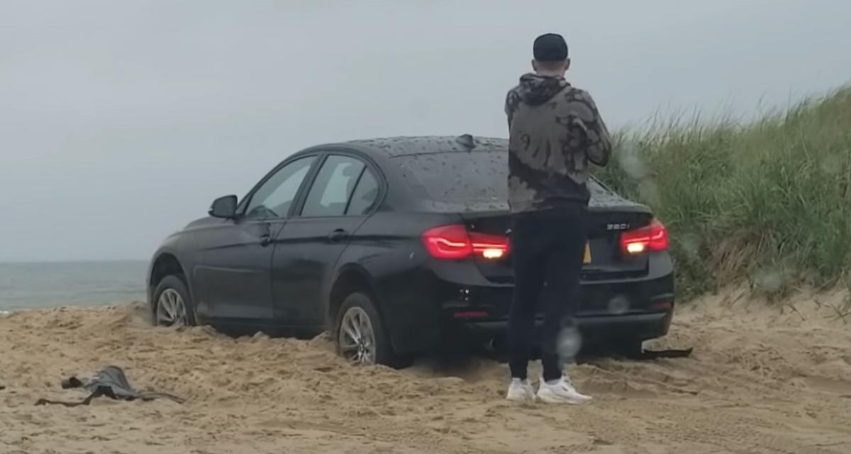 VIDEO - Bloqué à l'extérieur de sa voiture pendant que cette dernière s'enfonce dans le sable