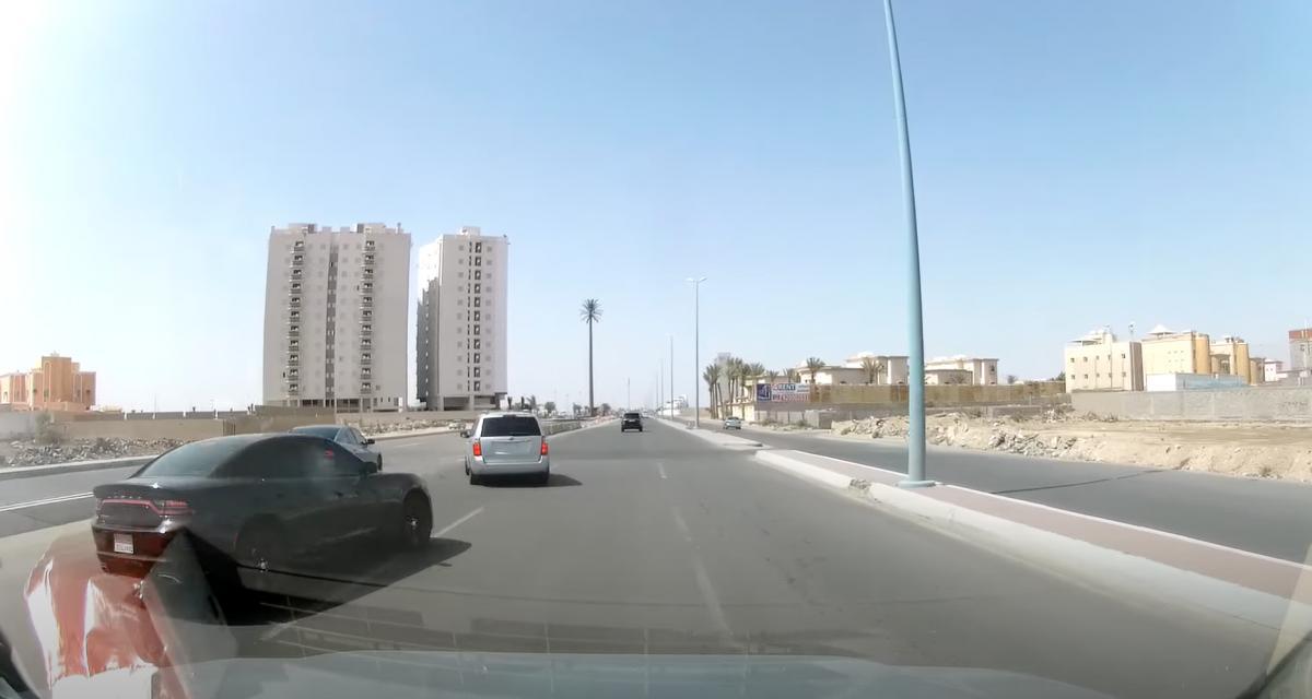 VIDEO - Il manque de causer un énorme accident en tournant n'importe comment sur l'autoroute