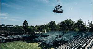 La nouvelle EQS de Mercedes s'invite au tournoi de Stuttgart et s'offre même un tour dans les airs