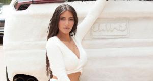 Kim Kardashian couvre son Lamborghini Urus d'un tissu tout doux pour la promo de sa marque de vêtements