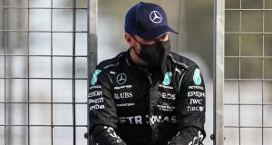 F1 - Mercedes : Bottas pose devant le monument hommage à Toivonen en Corse